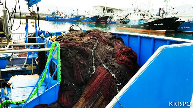 red de pesca dentro de un barco en el puerto de hondarribia