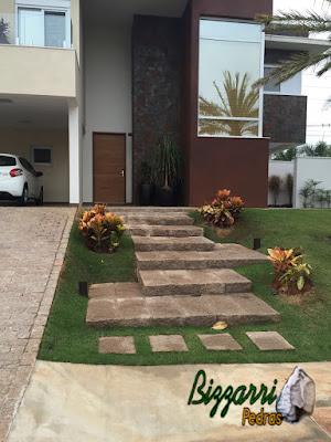 Escada com pedra folheta de granito com a rampa de paralelepípedo em casa em condomínio em Sousas-SP.