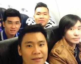 oto Selfie Wira-kiri-bawah-Gani-Chandra-kanan-bawah-David-kiri-atas-dan-Hendra-kanan-atas-berfoto-bersama-sebelum-AirAsia