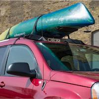 Un kayak posé sur des barres de toit en mousse Otium Outdoors