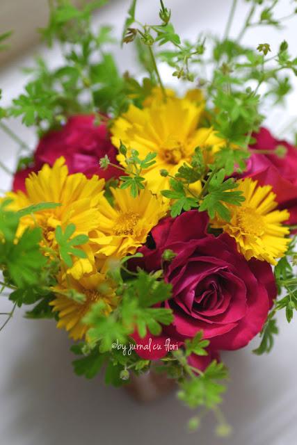 buchet cu flori de gradina luna iunie rosu galben