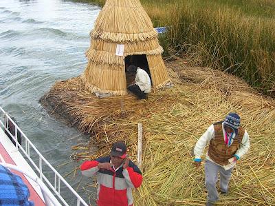 Control de la Isla de los Uros, Puno, Perú, La vuelta al mundo de Asun y Ricardo, round the world, mundoporlibre.com