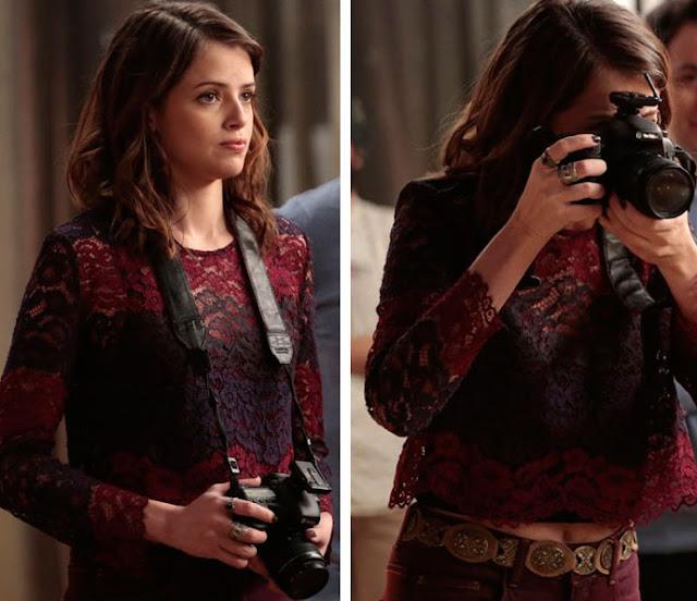 Figurino, Camila (Agatha Moreira) Haja Coração, blusa de renda vermelha e roxa