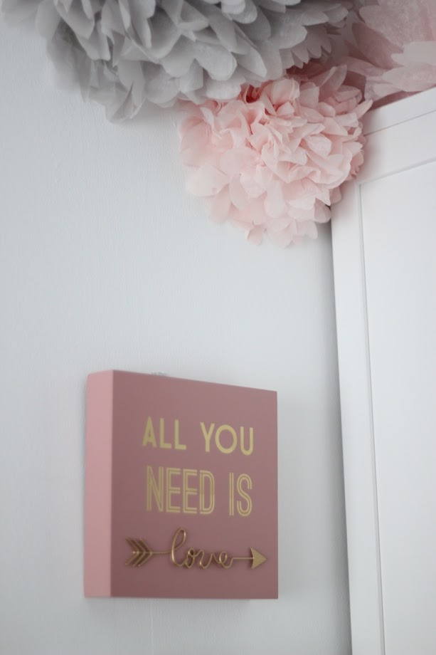 PHOTO-CARTEL-ALL-YOU-NEED-IS-LOVE-MAISON-DU-MONDE-POMPONES-PAPEL-PARED