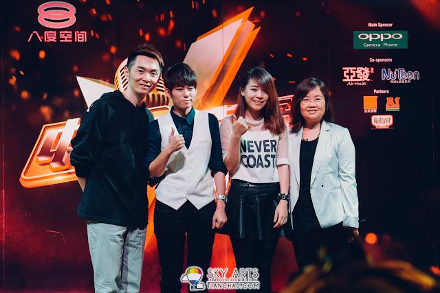 参赛者与评审老师在《2016中国好声音》马来西亚海选音乐会后合影;左起为黎胜铭、朱洧锌、何泇锂,以及ntv7及八度空间中文品牌及节目总经理吴玲玲