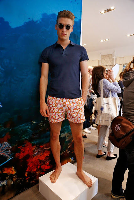 look masculino com short estampado praia