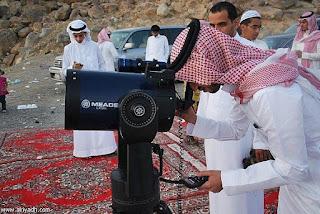 Musulmonai stebi mėnulio fazę
