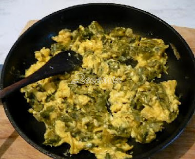 Fried eggs with cooked leeks