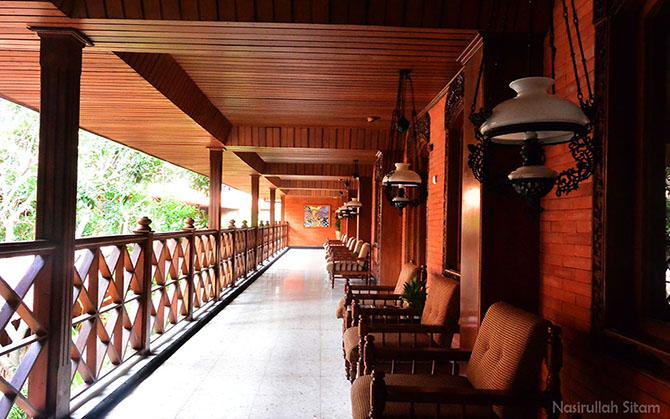 Teras kamar berkonsep Jawa dan Bali
