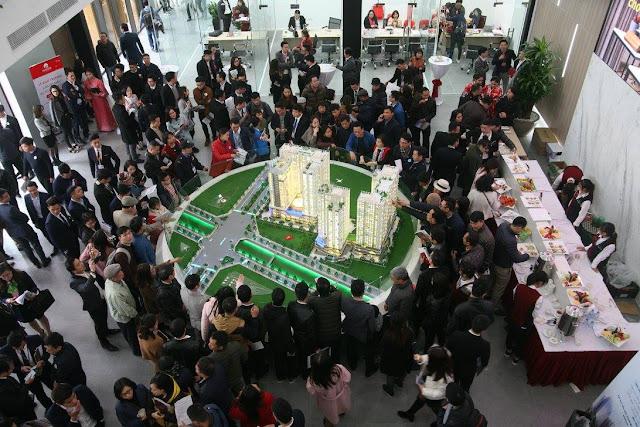 Khách hàng tham quan sa bàn dự án Hinode City
