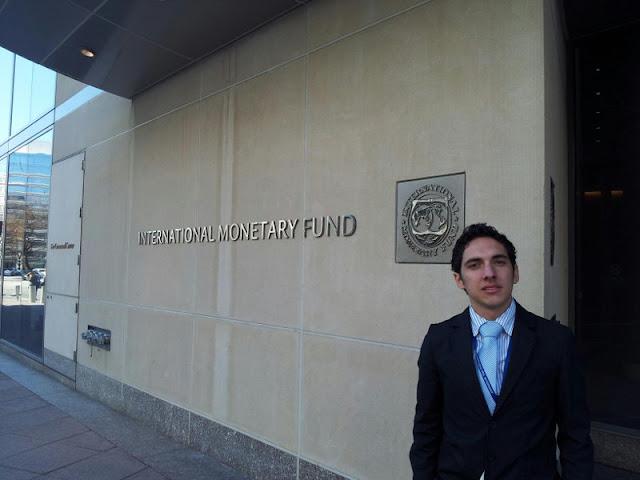 Daniel Afanador en el Fondo Monetario Internacional (FMI) en Washington, DC, en 2012.