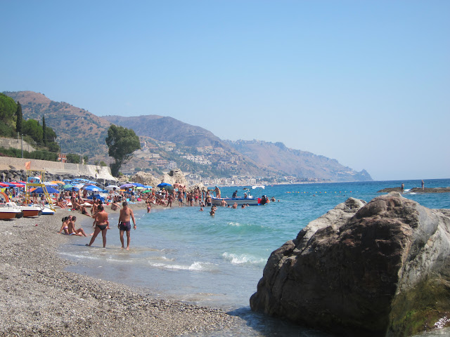 Lido la Dolce vita på stranden Baia de Spisone vid Taormina
