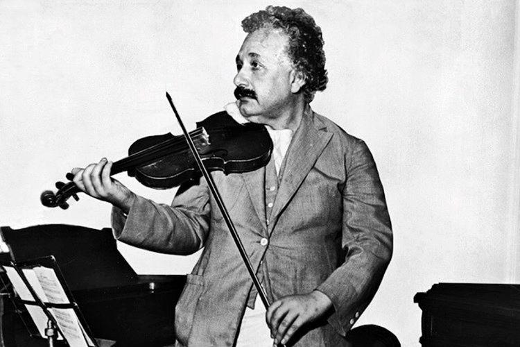 Albert Einstein fikir üretmekten yorgun düştüğü zamanlarda zihnini dinlendirmek için keman çalardı.