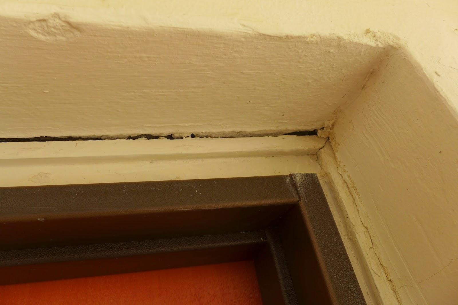 סדק בחיבור משקוף הדלת לקיר עקב בעיטות בלשי משטרת מרחב דן