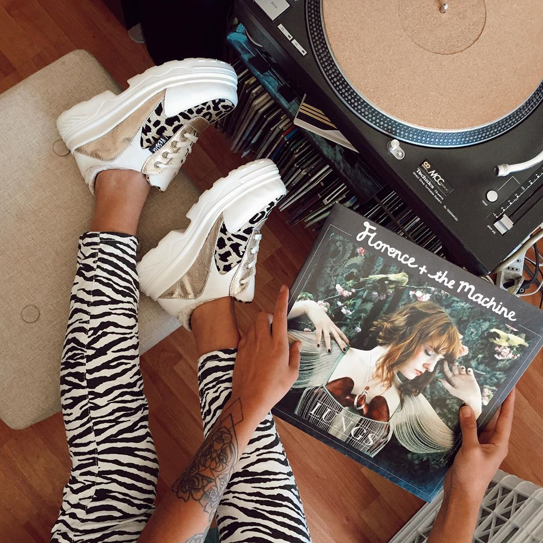 zapatillas modelo Chunky plataforma blanca y animal print