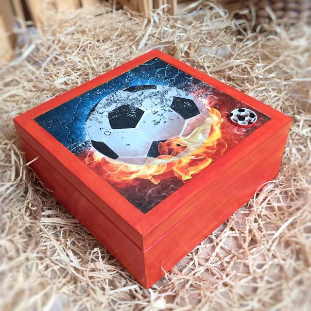 drewniane pudełko z motywem piłki