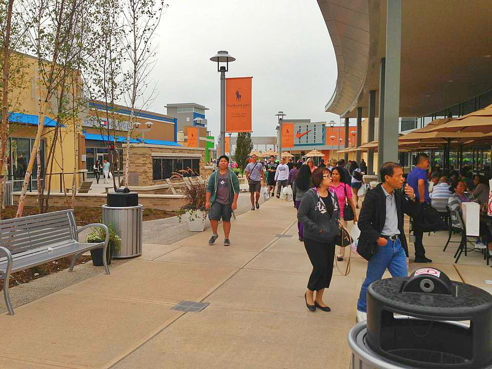 Toronto Premium Outlets is one of two Simon Premium Outlets Centres in Canada, and a joint venture between Simon Property Group and SmartREIT. Located in Halton Hills, Ontario, Toronto Premium Outlets features more than 80 stores, all at savings of 25% to 65% every day.3/5().