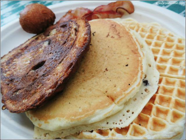 Combo de Tortita, Waffle, Tostada Francesa, Corn Fritter y bacon