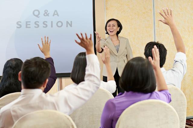 aktif berbicara dengan audiens
