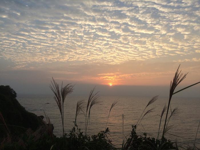Bình mình ở bãi đá Cầu Mỷ, đảo Cô Tô