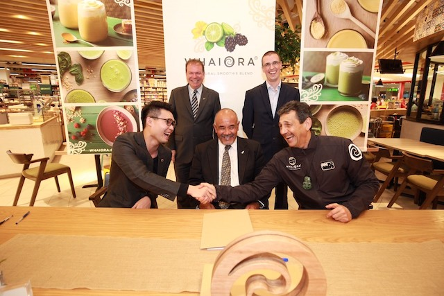 Founder of Storiiu, Brian Tan, New Zealand High Commissioner to Malaysia, John Subritzky, Maori Development Minister, Te Ururoa Flavell, New Zealand High Commissioner to Malaysia and Brunei, Matt Ritchie, and Chairman of Miraka Dairies, Kingi Similer after signing an MoU at Jaya Grocer, The Starling Mall on 15 May 2017.