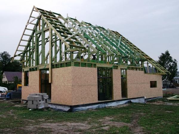 dom drewniany szkieletowy w trakcie budowy - obijanie płytami osb