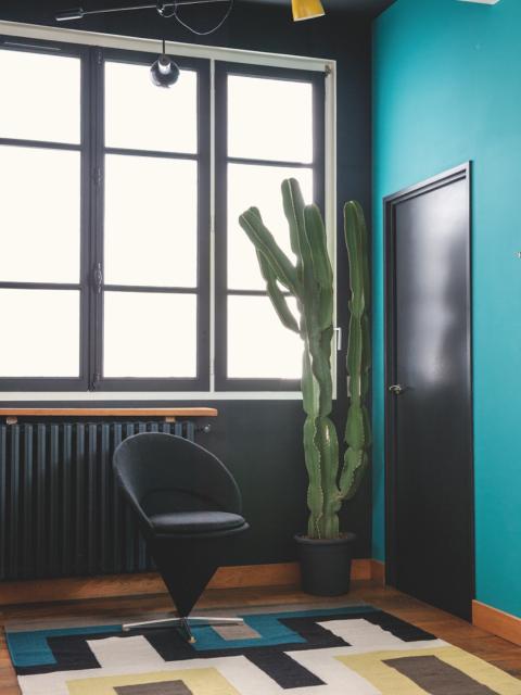 Blaumachen der modernen Art – Florence Lopez richtet Wohnung für Natacha Senechal im Mid Century Design ein