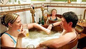 terdapat sentra kesehatan bir pertama di  dunia Mandi bir, tradisi infinit muda dari Republik Ceko