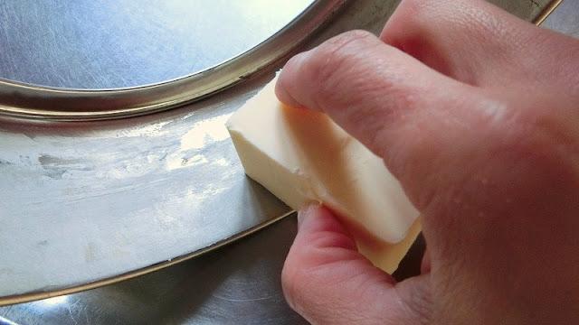 型の側面にバターを薄く塗る