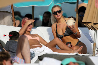 OMG+WOW+Sexy+Cleavages+Of+Hailey+Baldwin+in+Pink+Bikini+Jan+2018+SexyCelebs.in+Exclusive+047.jpg