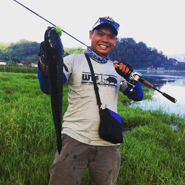 foto memancing di danau batur bali