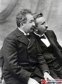 kalautau.com - Auguste dan Louis Lumiere menciptakan alat Cinematographe