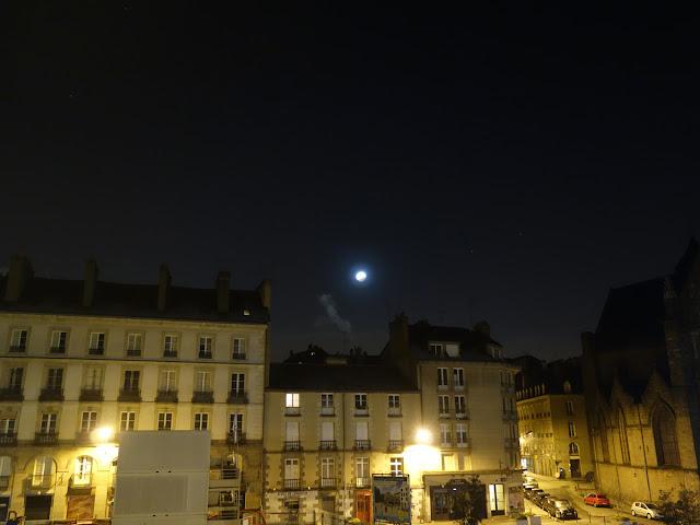 La fin de l'éclipse de Lune du 21 janvier 2019... Au-dessus de Rennes et de la Place Saint-Germain...