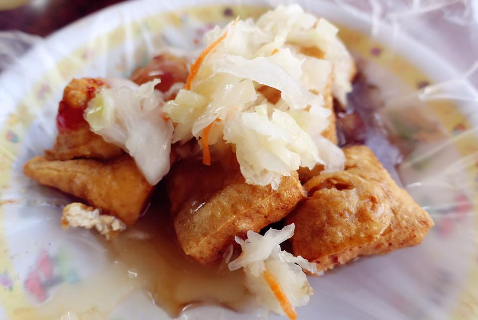 雲林古坑-《郵局前的臭豆腐》口感是軟嫩內多汁不是脆皮酥脆的,泡菜清脆爽口