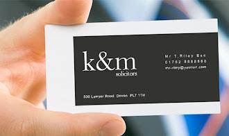 İçindeki büyük bir siyah dikdörtgen üzerinde kartvizit bilgilerinin yazılı olduğu beyaz kartvizit