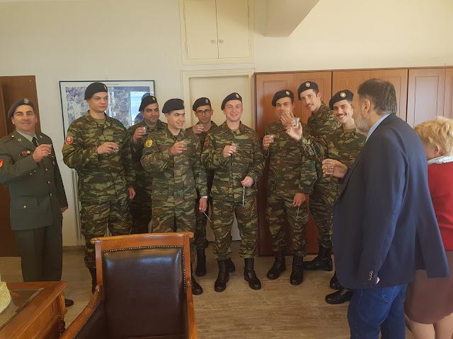 Στρατιώτες του ΚΕΜΧ Ναυπλίου είπαν τα κάλαντα στον Αντιπεριφερειάρχη Αργολίδας