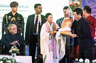 Bimal Gurung presents Lord Buddha's bust to Mamata in Darjeeling