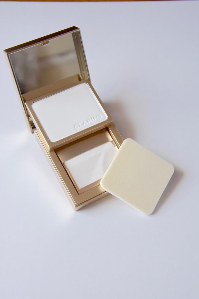 kit Pores & Matité di Clarins per una pelle perfetta, composto da cartine opacizzanti e poudre compatta universale
