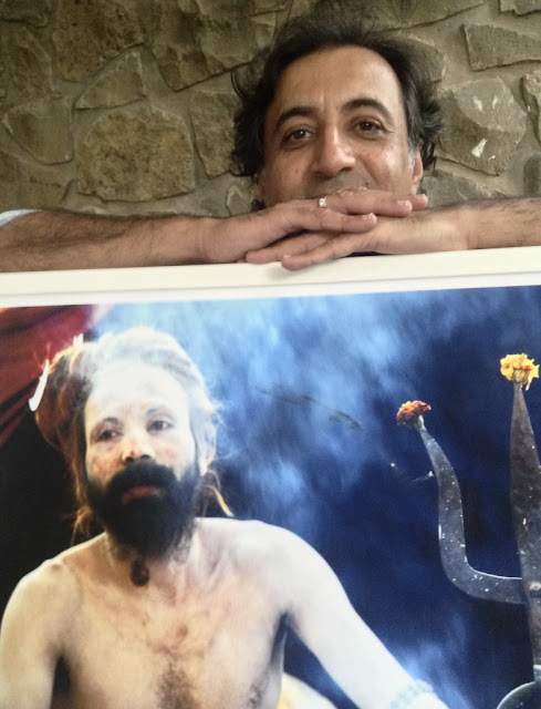 Kumar Mangwani with his picture of a sadhu at Indiaart Gallery, Pune (www.indiaart.com)