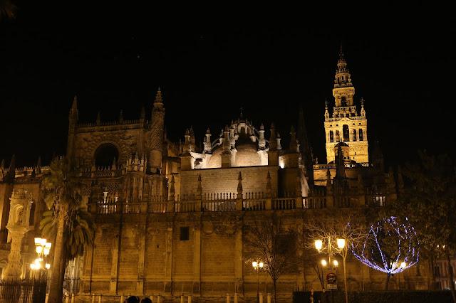 Fotografía nocturna de la Catedral de Sevilla