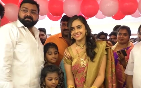 Gorgeous Actress Sri Divya Wear Traditional Saree@Sri Kanchi Pattu Showroom Launch