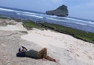 Memandang cakrawala dan menikmati hembusan angin laut di Pantai Bantol