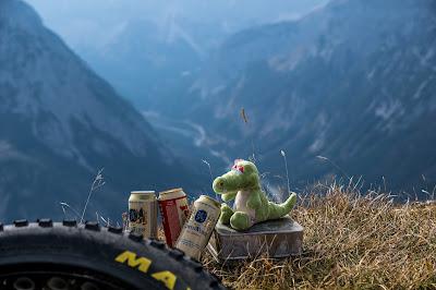 Bella am Gipfel der Fleischbank mit Bier