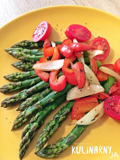Sałatka na gorąco ze szparagami i grillowanymi warzywami