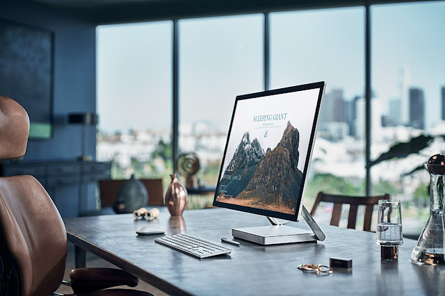 моноблок Microsoft Surface Studio на столе