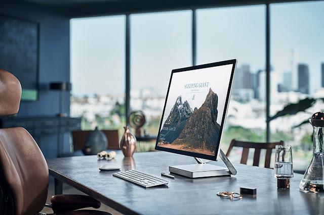 моноблок Microsoft Surface Studio на столе
