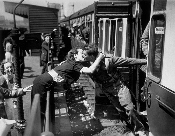 Foto prajurit Inggris yang mencium kekasihnya saat kereta ingin berangkat dari stasiun London menuju camp prajurit