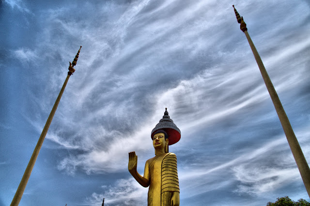 La pagode de Wat Dey Doh est située dans l'agglomération de Kampong Cham. Pagode dont la visite vaut le détour, l'histoire raconte aussi que le général Long Nol avait installé des pièces d'artillerie dans cette pagode et celle de Chroy Thamr. Lors d'un discours d'inauguration de bâtiments annexes, le premier ministre Hun Sen avait déclaré que les éclats d'obus qui lui avaient coûté la perte de son œil venaient probablement d'un tir effectué depuis cette pagode.