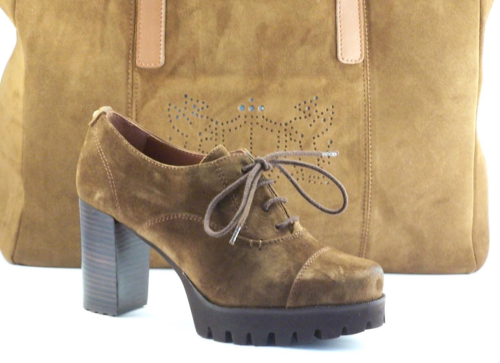 21d5c5db4 Precioso zapato de cordones para señora en ante marrón. Tacón intermedio y  amplia plataforma con dibujo marcado en la suela.