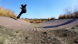 ディッチ(水路)やバンク(斜壁)でのサーフスケートに欠かせないハイブリッドロンスケ